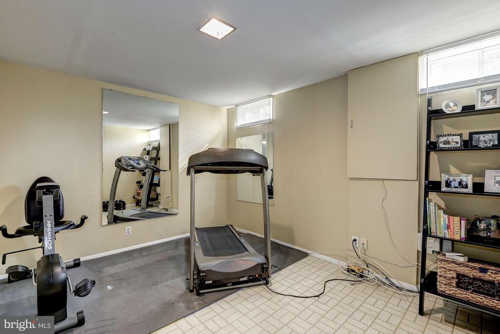 ANOTHER BONUS ROOM - PERFECT FOR A HOME GYM! - 12418 WENDELL HOLMES RD, HERNDON