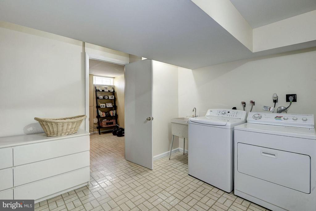 LAUNDRY RM - LGE, SPACIOUS, LOTS OF STORAGE SPACE - 12418 WENDELL HOLMES RD, HERNDON