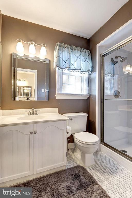 MASTER BATHROOM! - 12418 WENDELL HOLMES RD, HERNDON