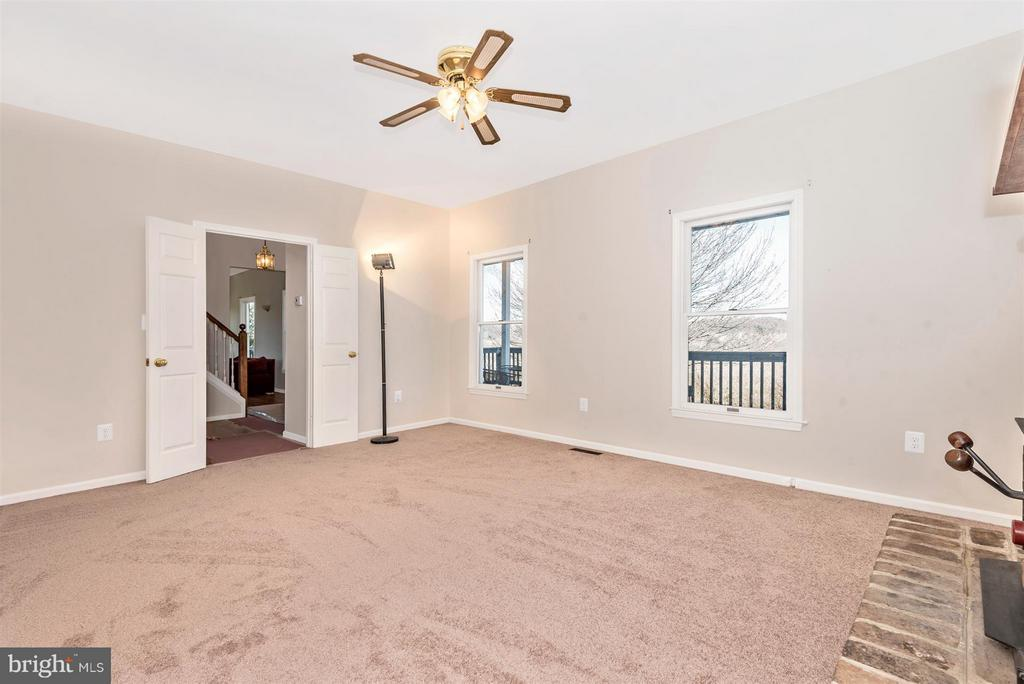 WARM AND COZY family room! - 3406 FLINT HILL RD, ADAMSTOWN