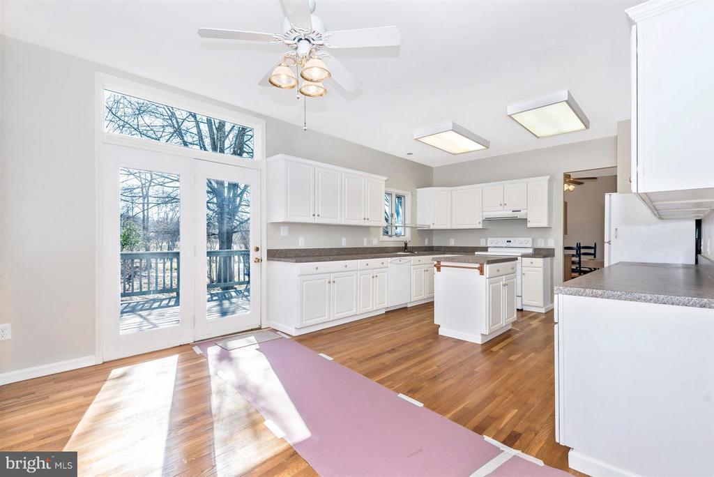 SUPER SIZED center island kitchen with adjacent Br - 3406 FLINT HILL RD, ADAMSTOWN
