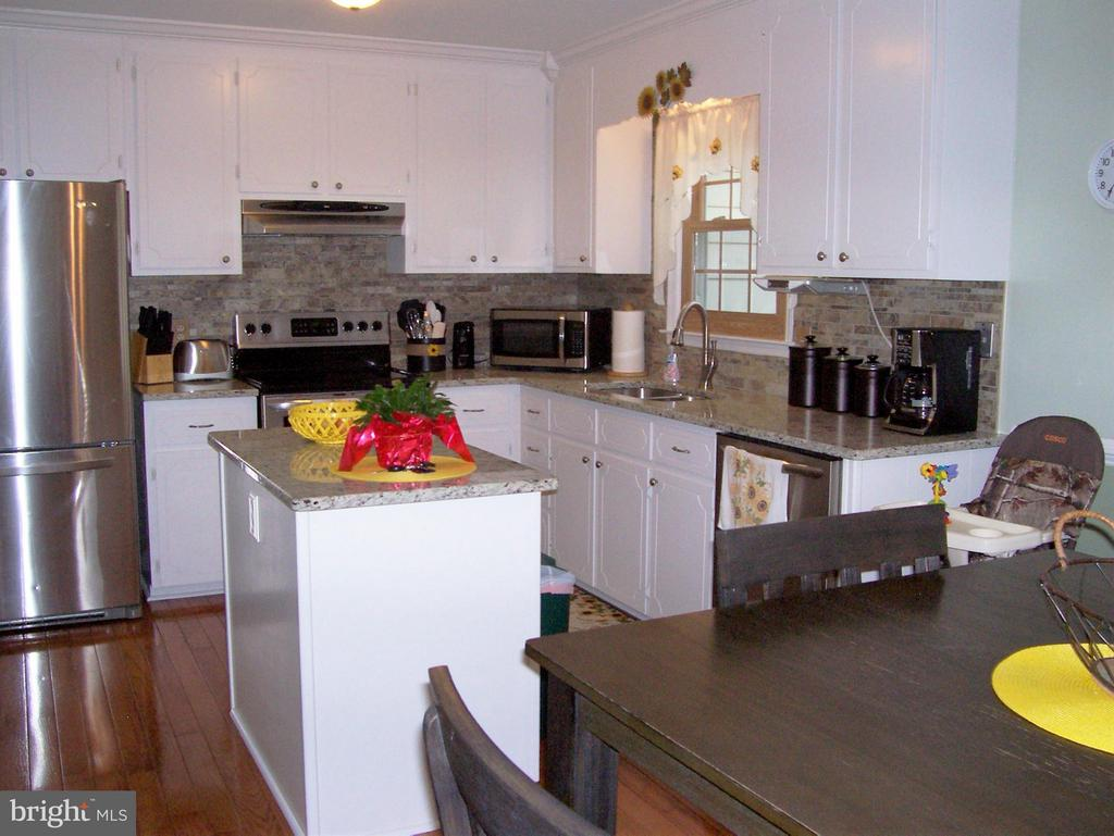 Great Kitchen with granite counter tops. - 330 CHAPEL GREEN RD, FREDERICKSBURG