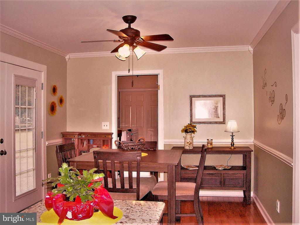 Breakfast Room with crown & chair rail molding - 330 CHAPEL GREEN RD, FREDERICKSBURG