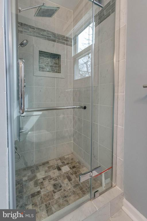 Spacious master shower with built in nook - 21 ROSEWOOD ST, FREDERICKSBURG