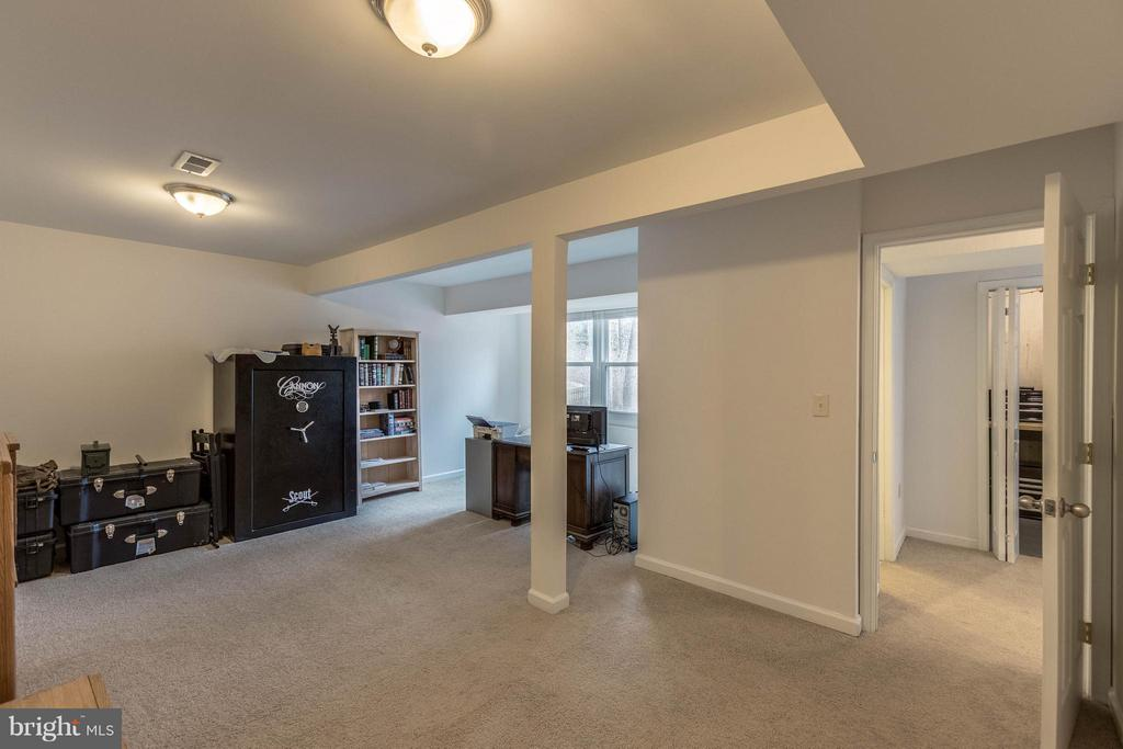 Very large space w/ walk in closet Office/den/bed - 21 ROSEWOOD ST, FREDERICKSBURG