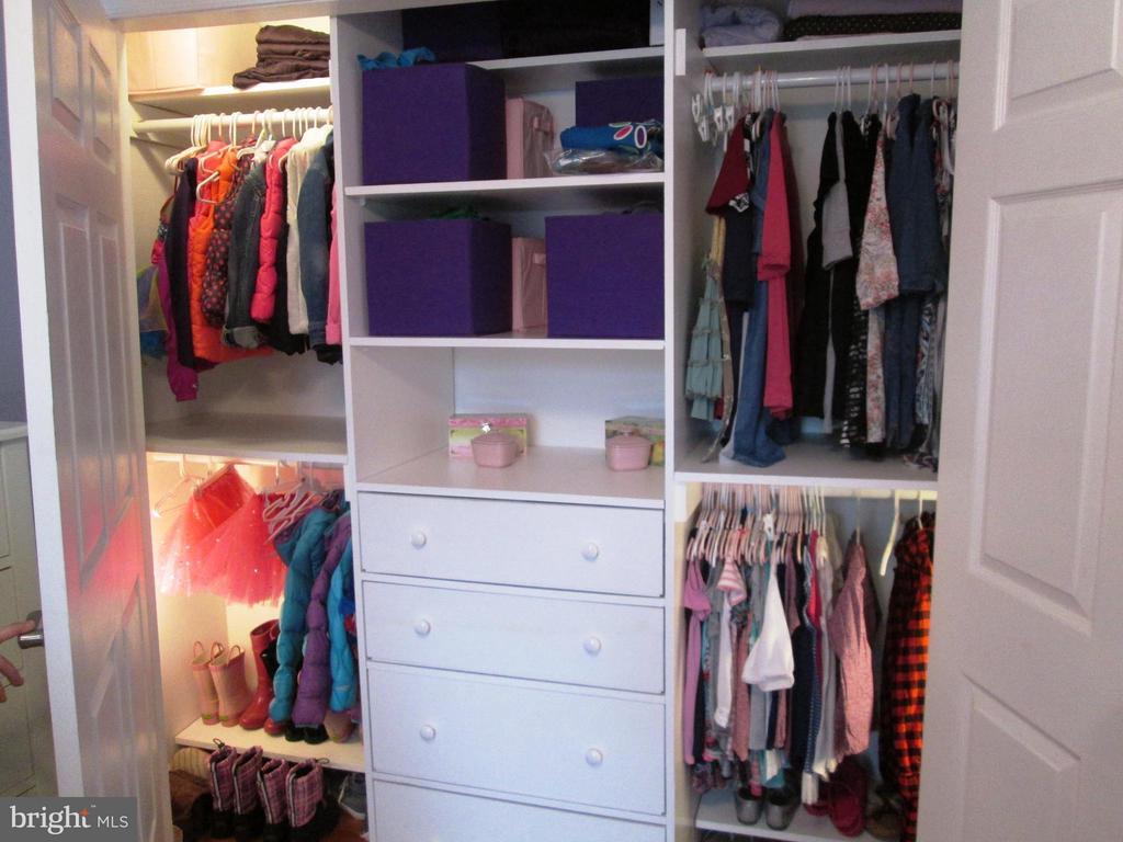 Bedroom - custom closet - 5430 BROMYARD CT, BURKE