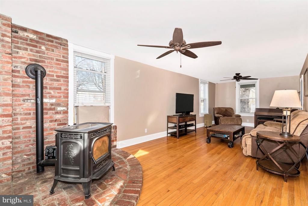 Wood Pellet Stove heats the entire house - 5639 MOUNTVILLE RD E, ADAMSTOWN