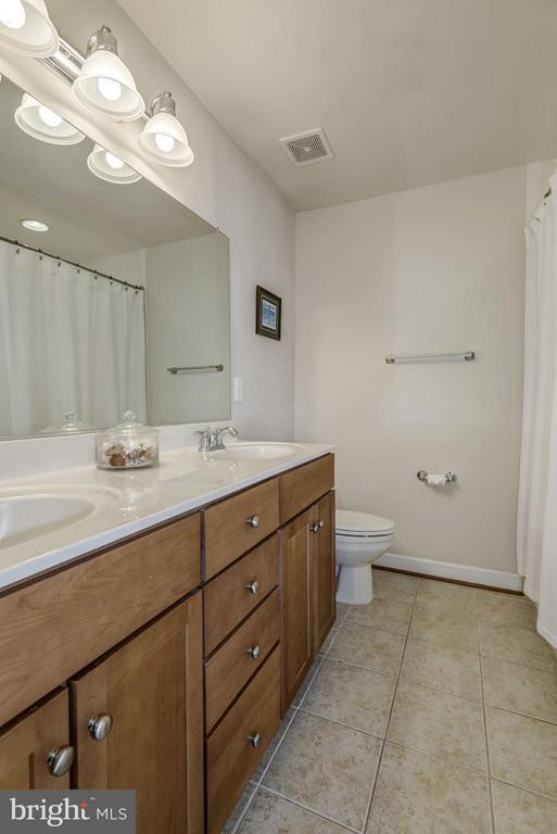 MASTER BATHROOM - DUAL VANITY and SINKS - SPACIOUS - 4185 FOUR MILE RUN DR #B, ARLINGTON