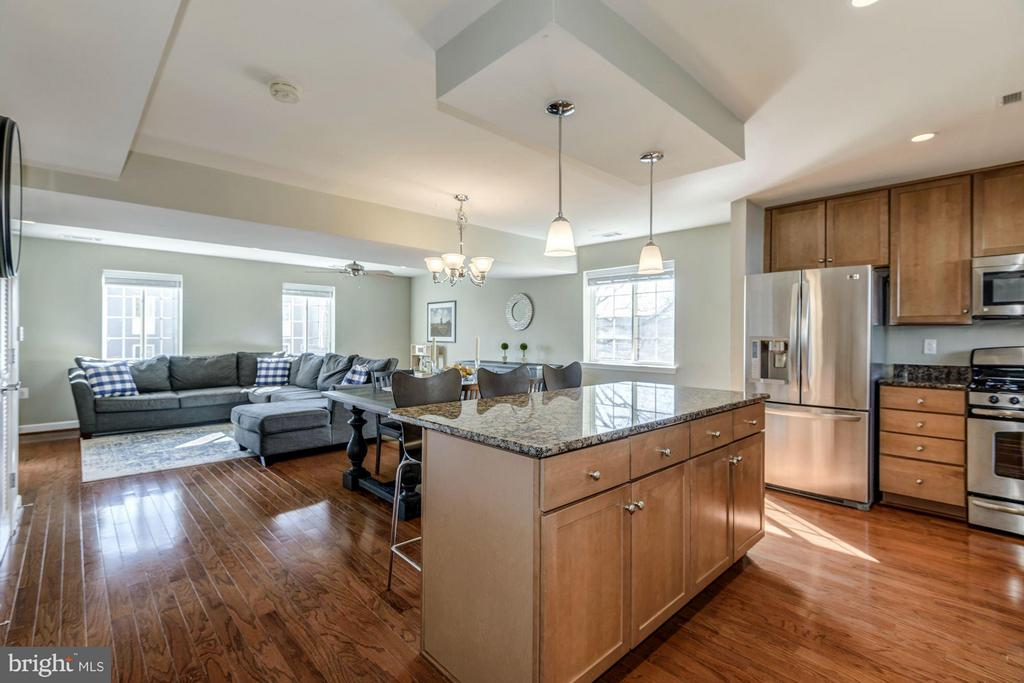 DESIRABLE END UNIT and OPEN CONCEPT FLOOR PLAN! - 4185 FOUR MILE RUN DR #B, ARLINGTON