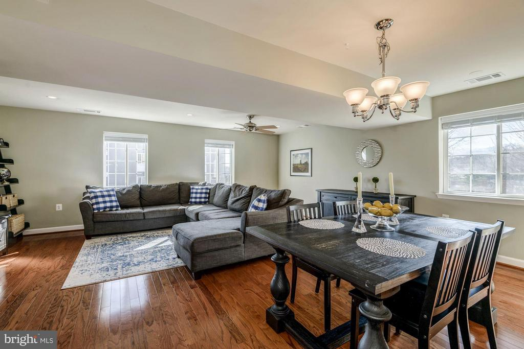 DINING ROOM OPENS BEAUTIFULLY TO LIVING ROOM! - 4185 FOUR MILE RUN DR #B, ARLINGTON