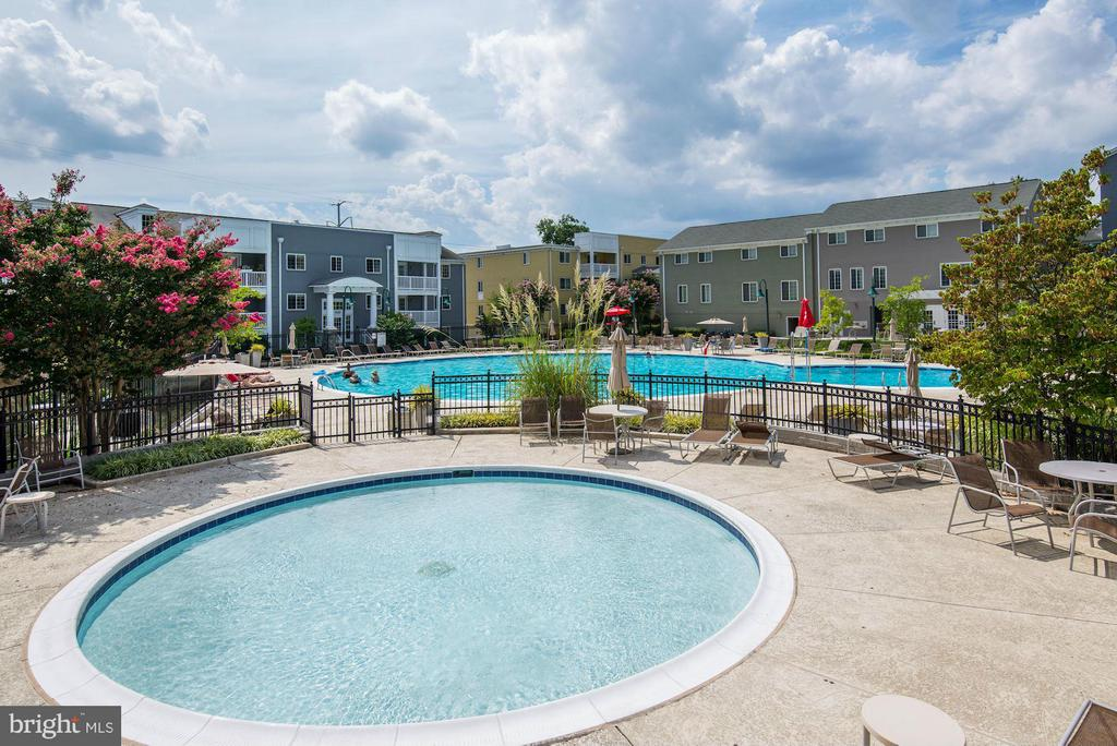 2 COMMUNITY POOLS! - 4185 FOUR MILE RUN DR #B, ARLINGTON