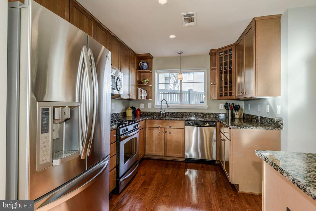 BEAUTIFULLY APPOINTED KITCHEN - SS APPS, GRANITE! - 4185 FOUR MILE RUN DR #B, ARLINGTON