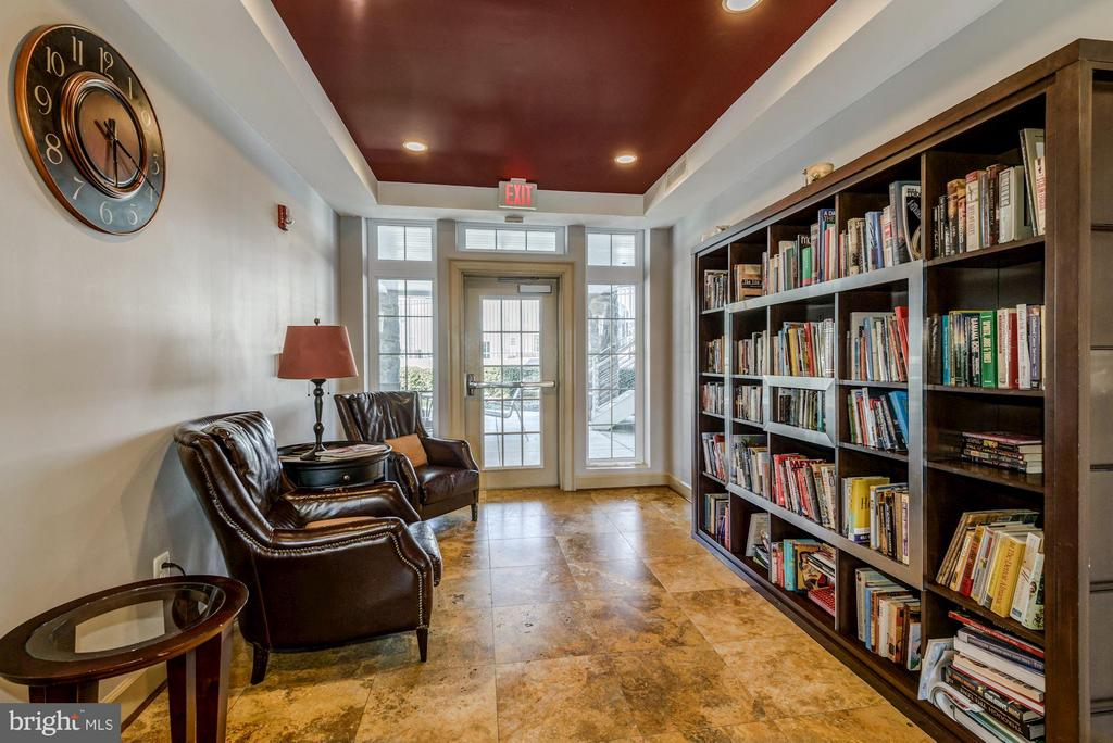 COMMUNITY LIBRARY - SO COZY and PEACEFUL! - 4185 FOUR MILE RUN DR #B, ARLINGTON