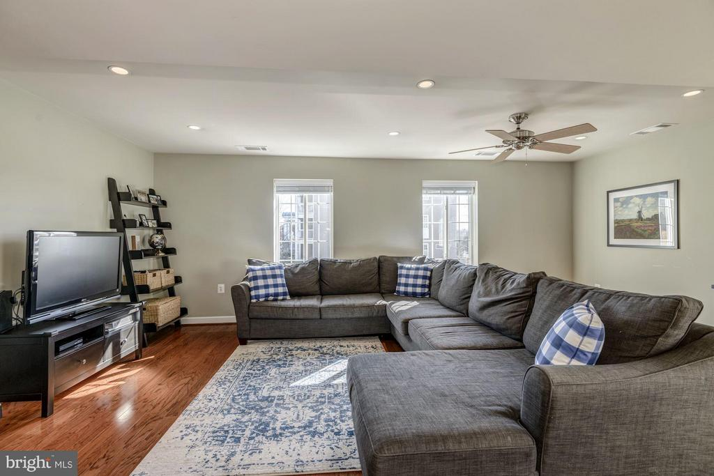 LIVING ROOM - HARDWOOD FLOORS, RECESS LIGHTING! - 4185 FOUR MILE RUN DR #B, ARLINGTON