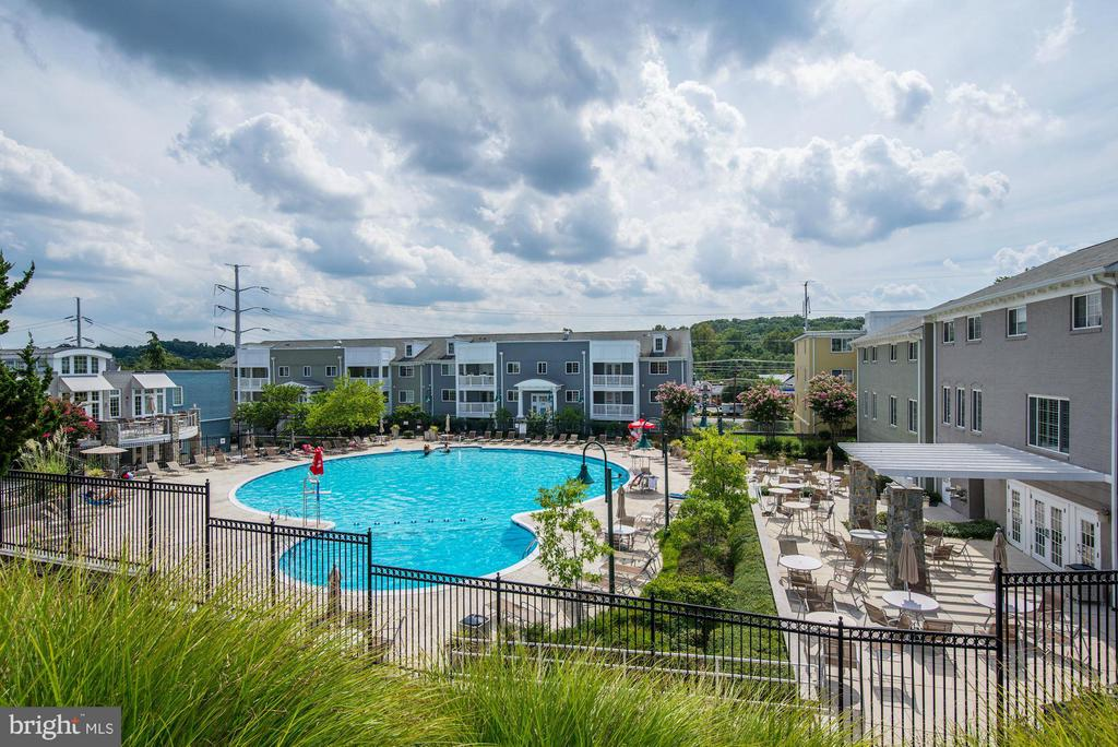 COMMUNITY POOL with SUNDECK, TABLES, and CHAIRS! - 4185 FOUR MILE RUN DR #B, ARLINGTON