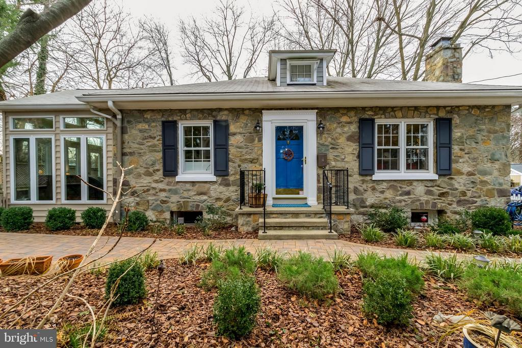 Beautiful 4 Sided Stone Home - 225 MARKET ST, LEESBURG