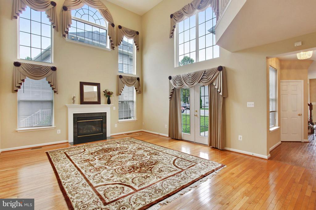 Family room with cathedral ceilings, gas fireplace - 9336 SUMNER LAKE BLVD, MANASSAS