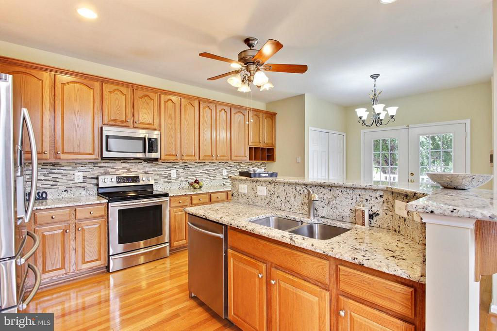 Kitchen with granite counter tops and backsplash - 9336 SUMNER LAKE BLVD, MANASSAS