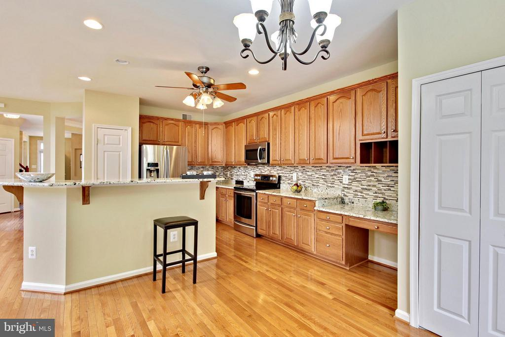 Brand new light fixtures, hardwood floors - 9336 SUMNER LAKE BLVD, MANASSAS