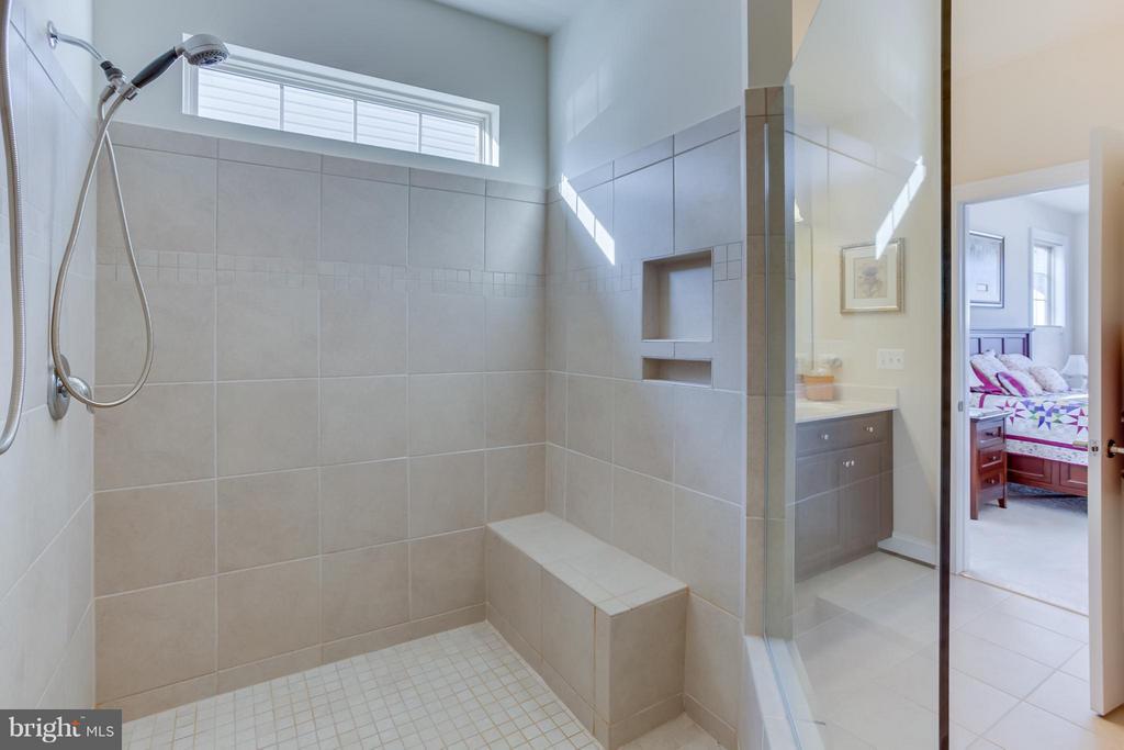 Ceramic Tile Shower w/ Bench - 5819 E CARNIFEX FERRY RD, FREDERICKSBURG