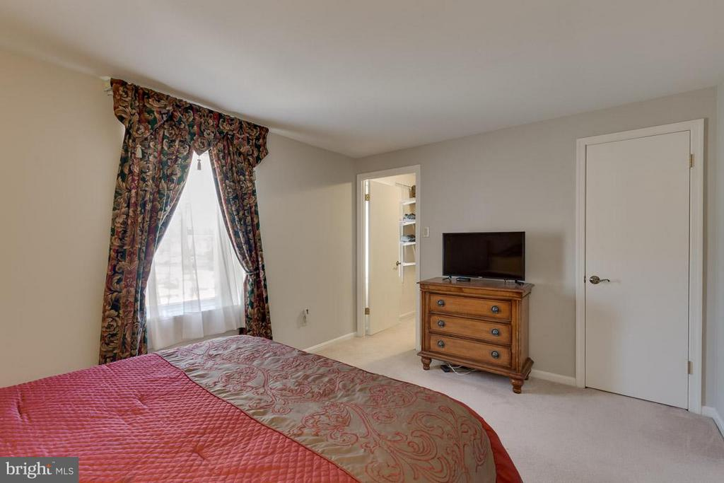 Lots of light in the master bedroom - 9027 PINEY GROVE DR, FAIRFAX
