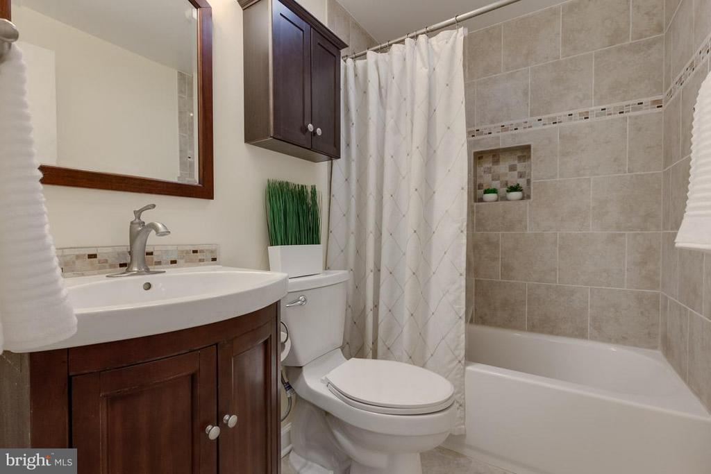 Fully updated w/ stylish tile, vanity and fixtures - 9027 PINEY GROVE DR, FAIRFAX