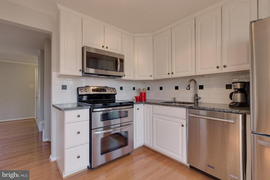Attractive backsplash, double oven stove - 9027 PINEY GROVE DR, FAIRFAX