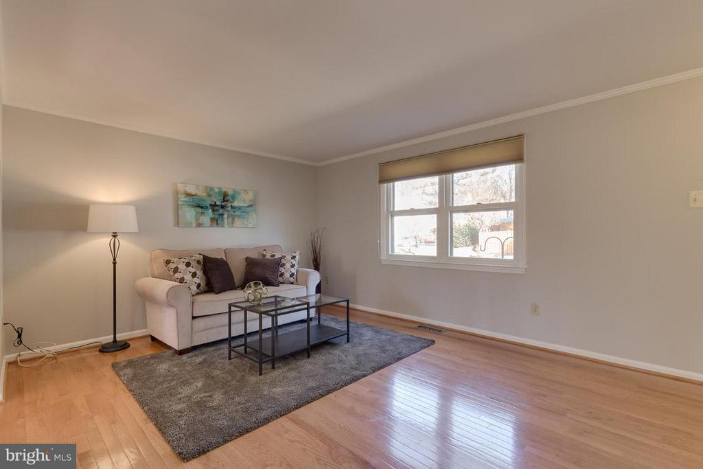 Large living room perfect for entertaining - 9027 PINEY GROVE DR, FAIRFAX