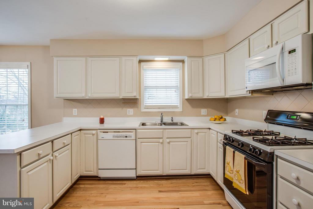 Neutral Kitchen with Gas Cooking - 9134 LEGHORN PL, FAIRFAX