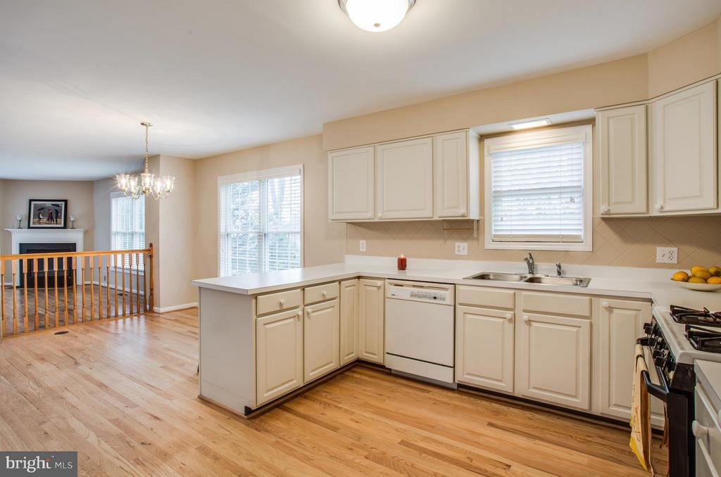 Light Filled Kitchen with Breakfast Nook - 9134 LEGHORN PL, FAIRFAX