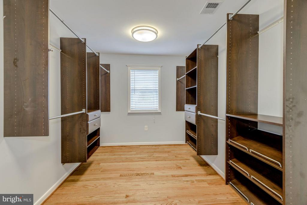 Custom Master Walk-in Closet - 232 CLEVELAND ST N, ARLINGTON