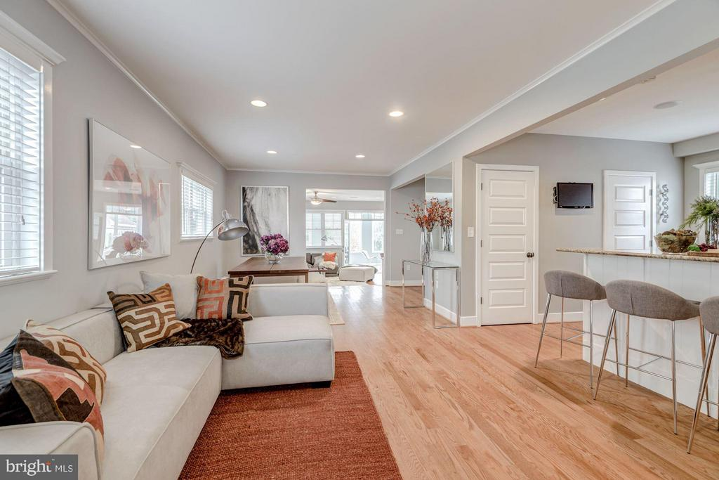 Open Floor Plan perfect for entertaining - 232 CLEVELAND ST N, ARLINGTON
