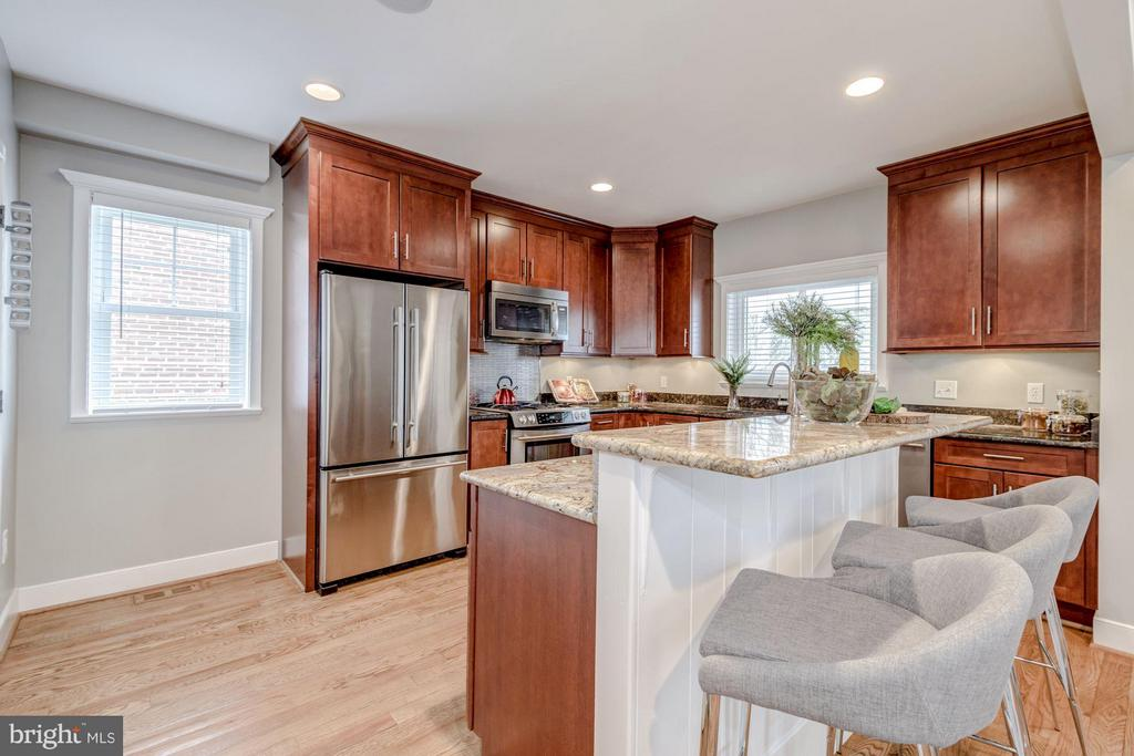 Gourmet Kitchen with Granite and Stainless Steel - 232 CLEVELAND ST N, ARLINGTON