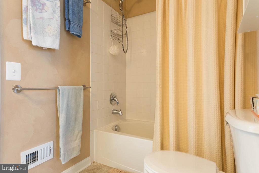 Bath 3 Jack N Jill - 43723 WOODVILLE CT, CHANTILLY