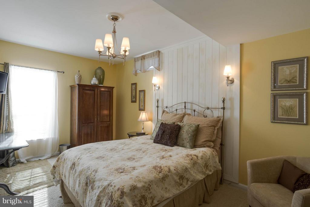 Guest Bedroom/In Law Suite - 43723 WOODVILLE CT, CHANTILLY