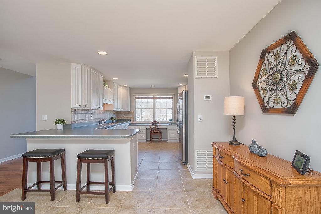 Extended open & bright kitchen w/tile floors - 7 BURNINGBUSH CT, STAFFORD