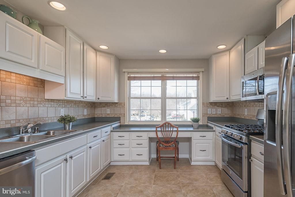 Built-in desk workspace in kitchen with great view - 7 BURNINGBUSH CT, STAFFORD