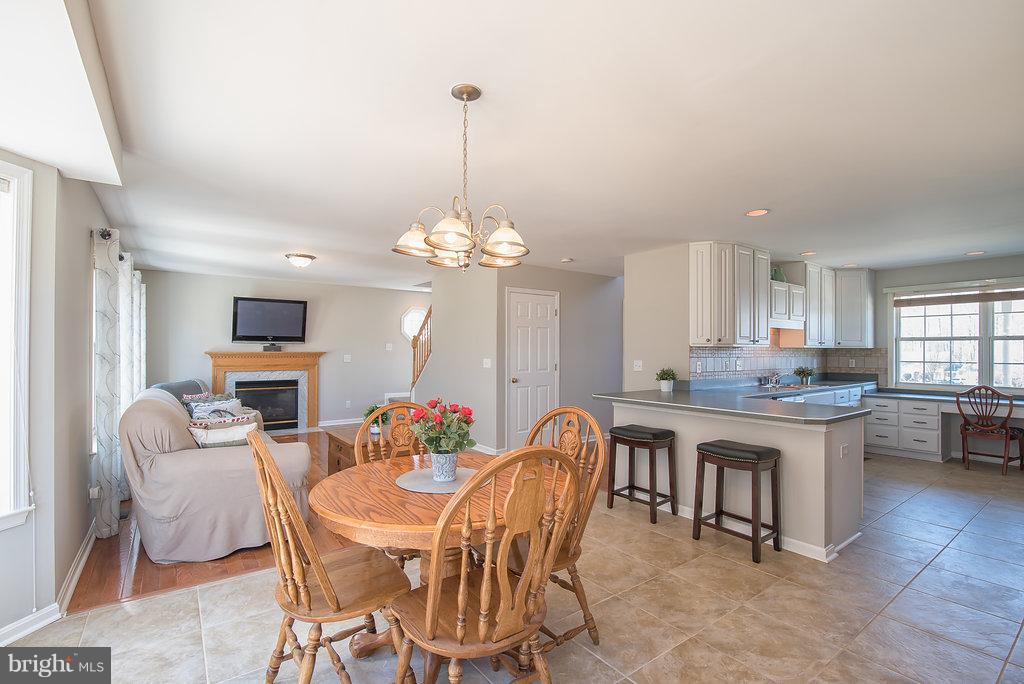 Dining off of kitchen is great for entertaining - 7 BURNINGBUSH CT, STAFFORD