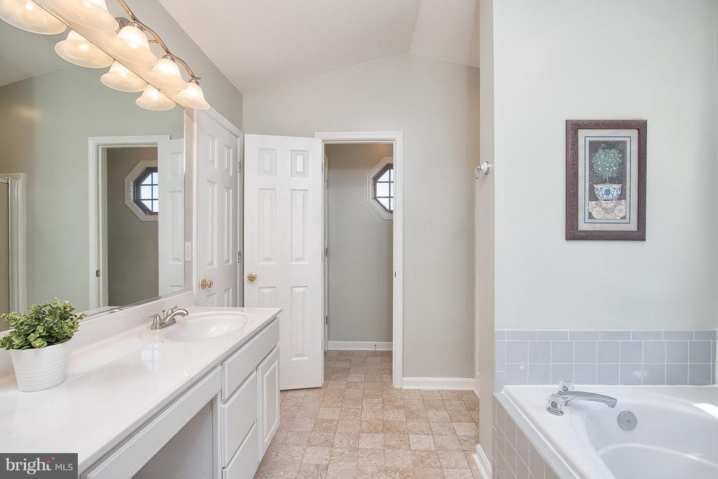 Large, bright and open master bathroom. - 7 BURNINGBUSH CT, STAFFORD