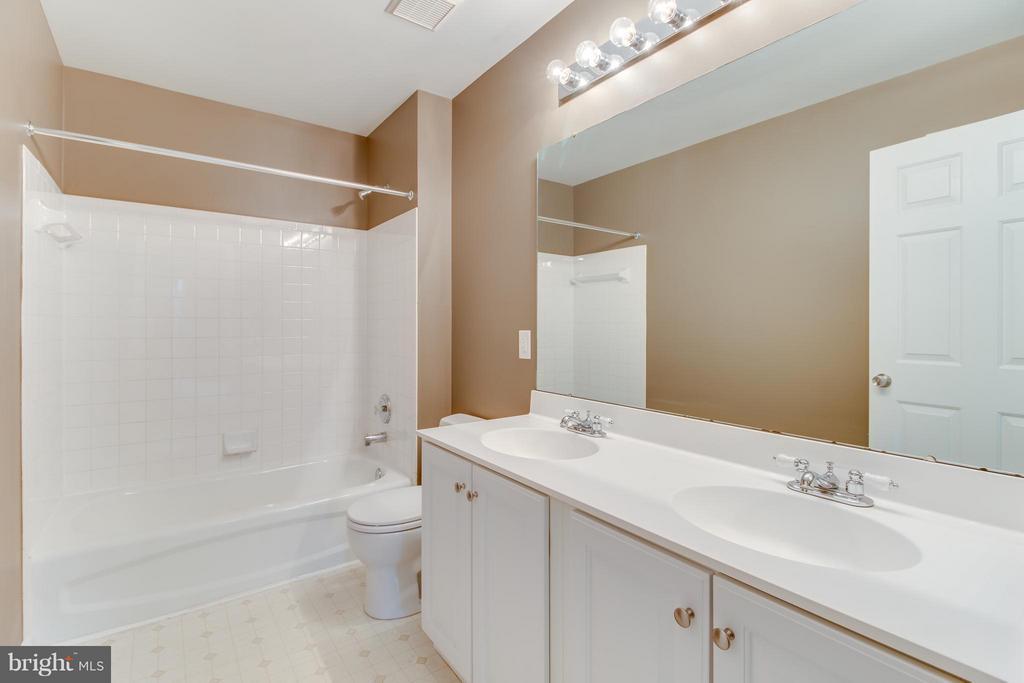 Full Hall Bathroom on Upper Level - 15529 WIGEON WAY, WOODBRIDGE