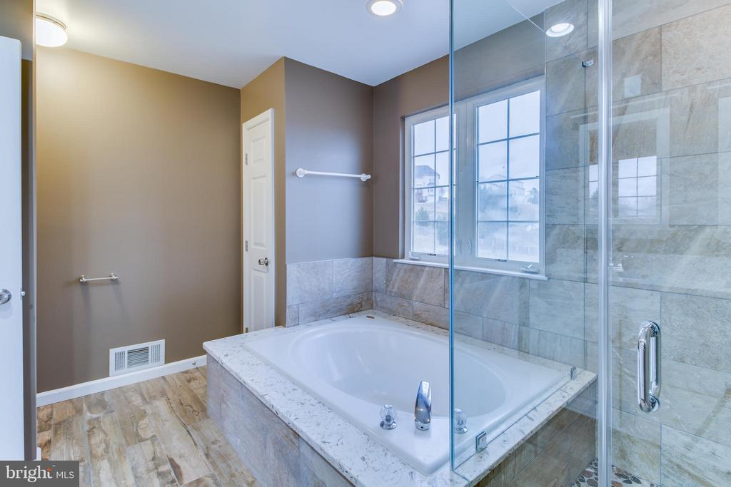 Soaking Tub and Private Water Closet - 15529 WIGEON WAY, WOODBRIDGE