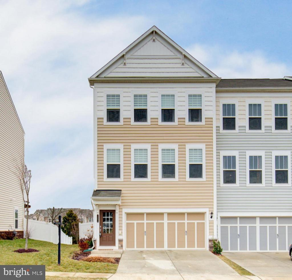 Gorgeous End Unit backing to common area - 23572 BOCA FIELD TER, ASHBURN