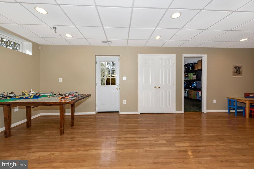 Finished basement with walk out and full bathroom - 6472 SADDLEBROOK LN, FREDERICK