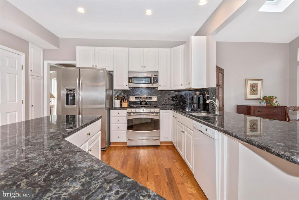 Beautiful granite and stainless appliances - 6472 SADDLEBROOK LN, FREDERICK