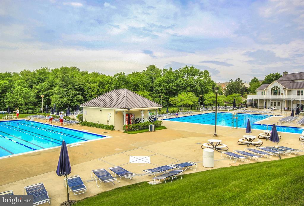 Community pool - 6472 SADDLEBROOK LN, FREDERICK