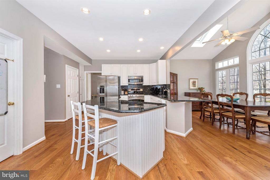 Eat in kitchen and adjacent morning room - 6472 SADDLEBROOK LN, FREDERICK