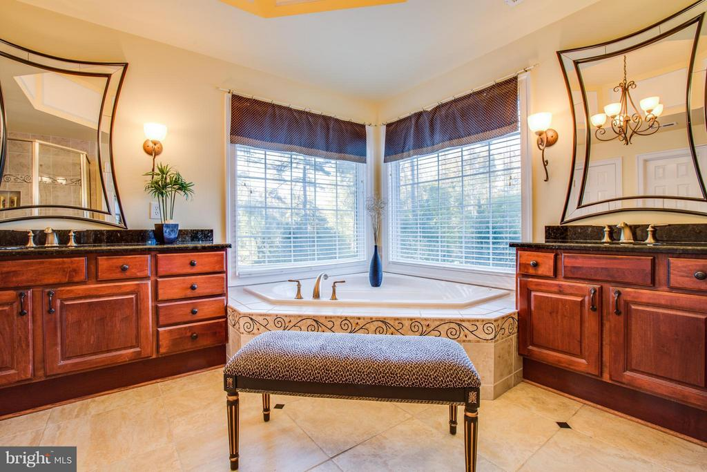 Bath (Master) with jetted tub & dual vanities - 12707 WILLOW POINT DR, FREDERICKSBURG