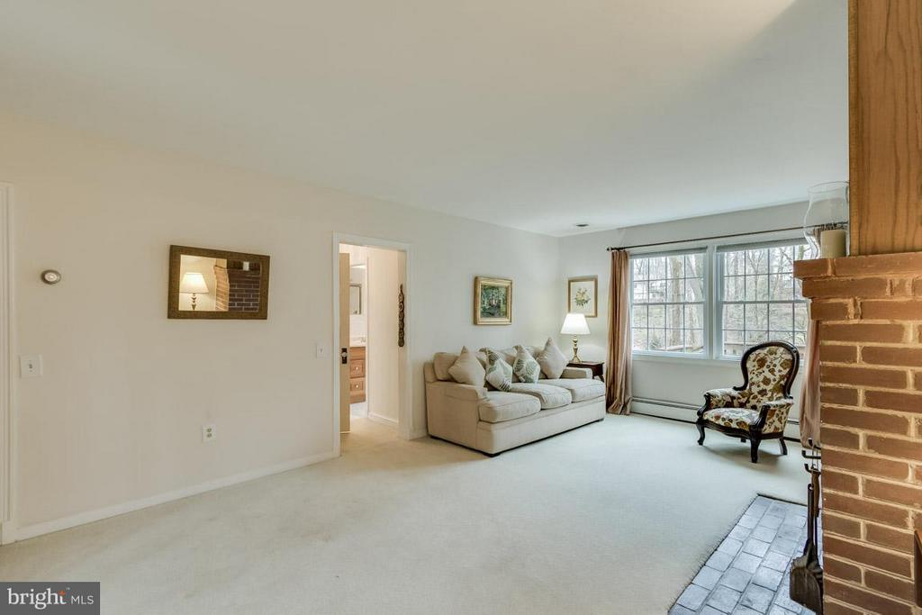 Living Room centers the main level - 6505 WAVERLEY ST, ALEXANDRIA
