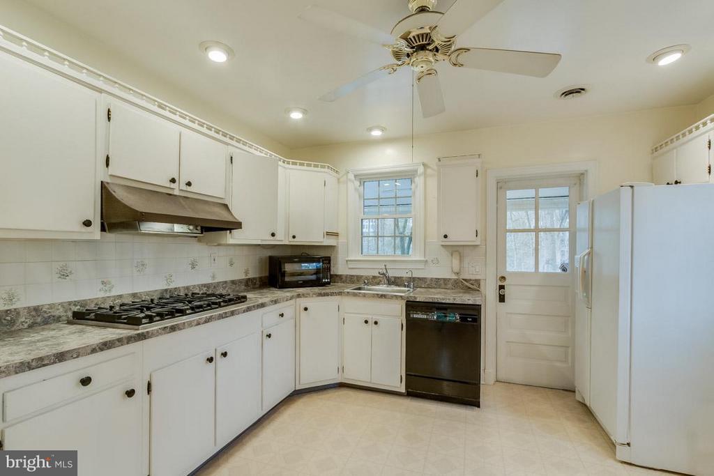Bright kitchen with 6 burner gas stove top - 6505 WAVERLEY ST, ALEXANDRIA