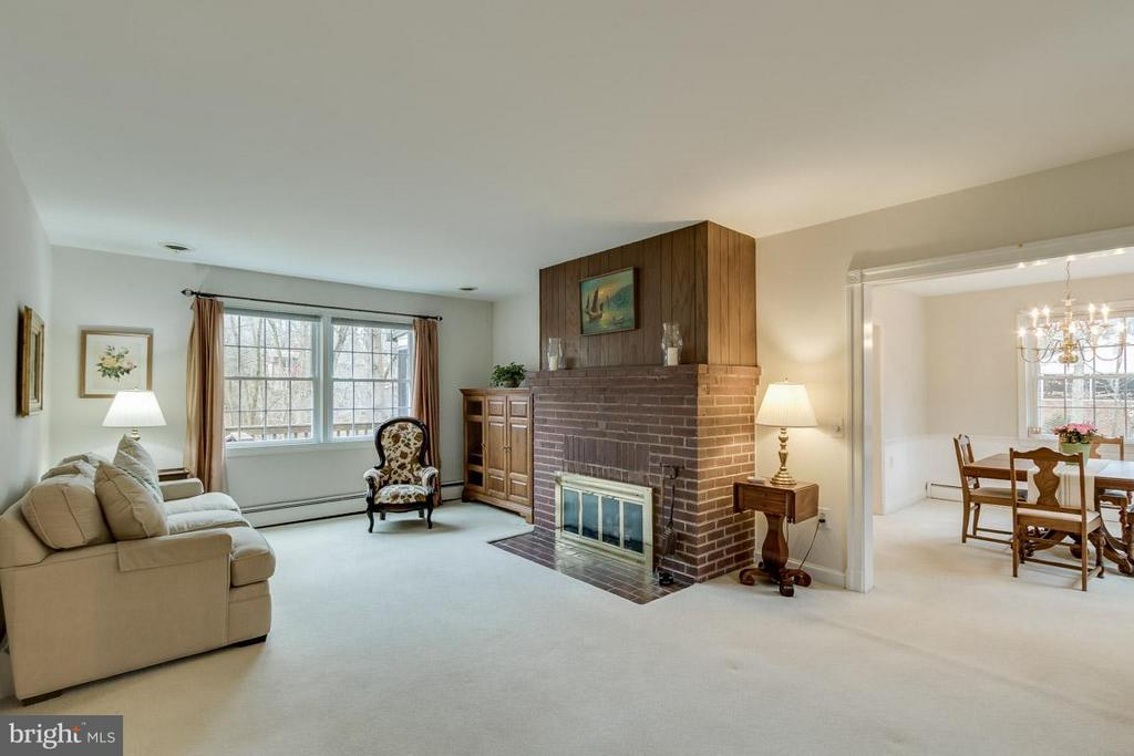 Warm entry to Living Room - 6505 WAVERLEY ST, ALEXANDRIA